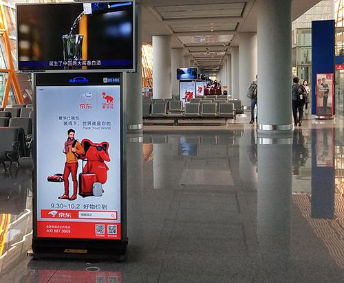 爱华仕机场广告上线,国庆节华仔陪你装下世界!
