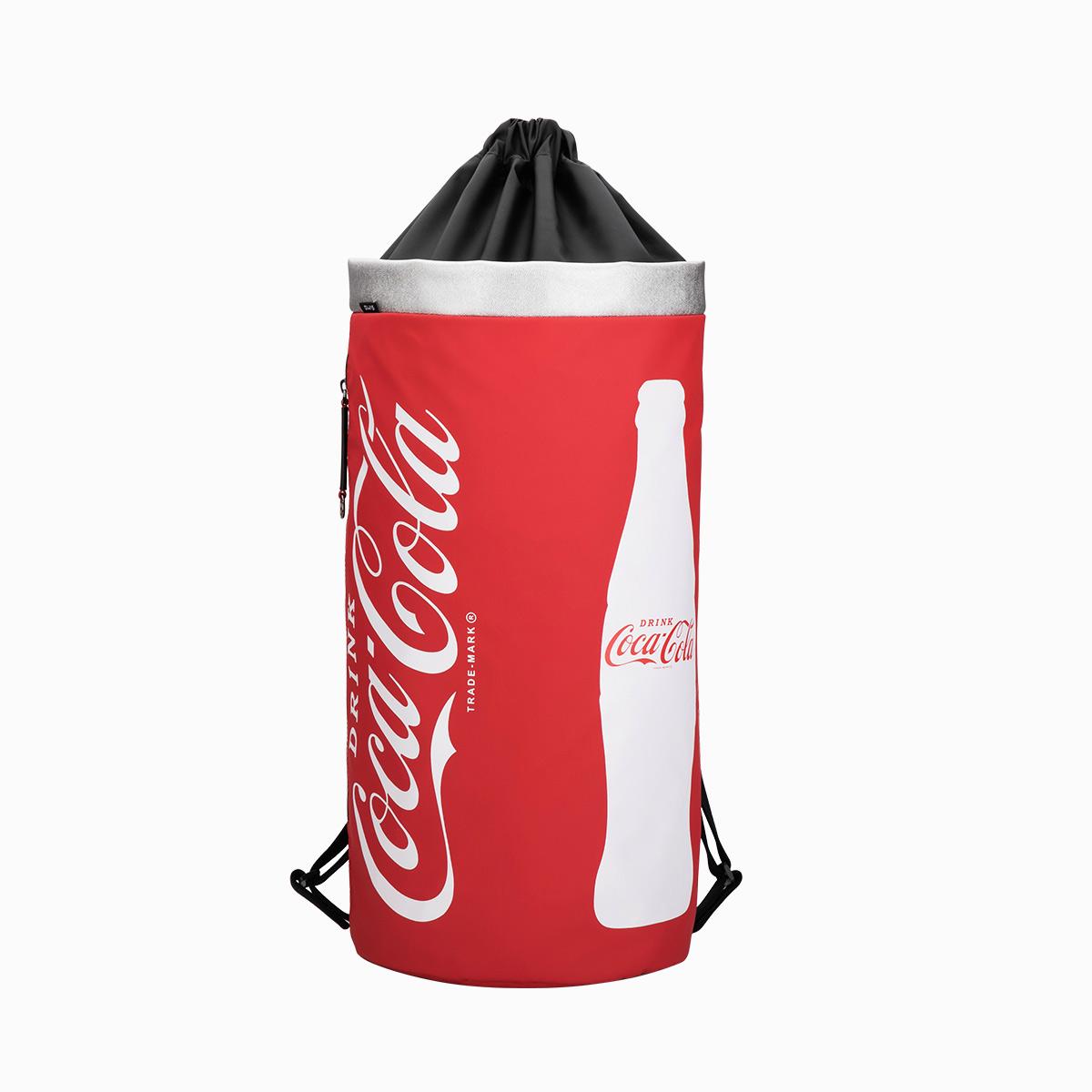 爱华仕可口可乐联名抽带水桶背包男